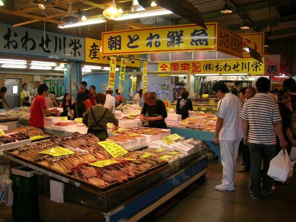 年間40万人が訪れる魚ひろば。連日、多くの客でにぎわっています